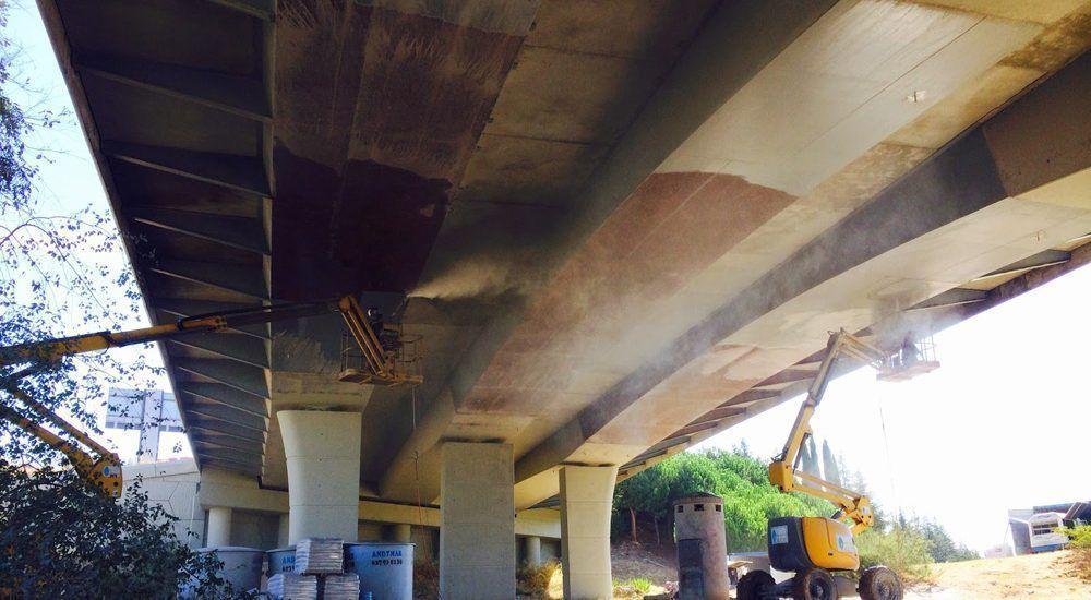 pintado puente metálico preparado con agua